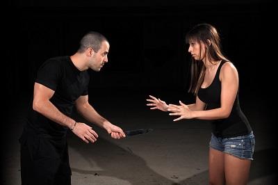 manteniendo la distancia y con las manos por delante para responder al ataque del agresor con lo aprendido en el entrenamiento del krav maga