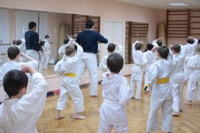 niños con el profesor de karate en una clase preparando el próximo exámen de cinturón