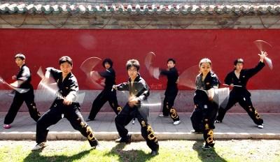 entrenando arma de kung fu nunchaku