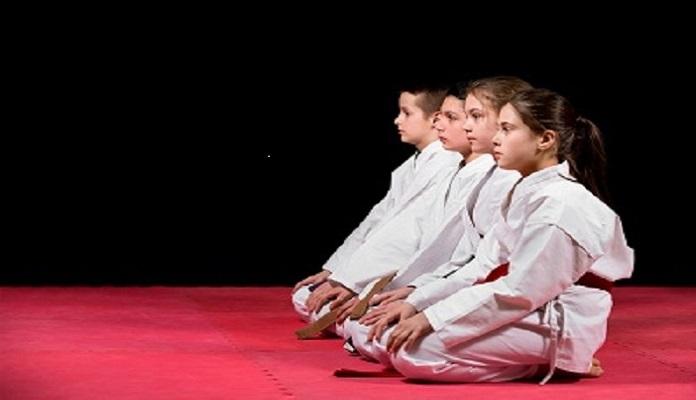 los niños y el karate en la escuela