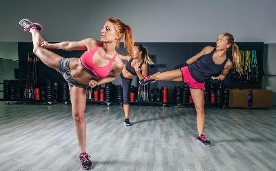 Mujeres dando una clase de kickboxing fitness en el Gym