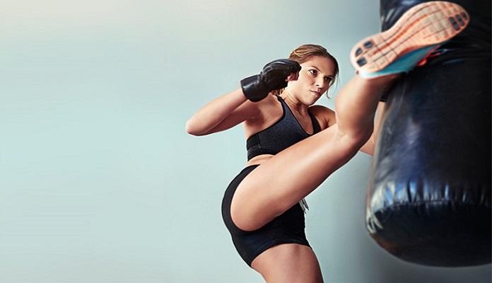 mujer haciendo fitness kick boxing