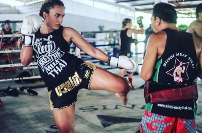 luchadora de muay thai entrenando en tailandia