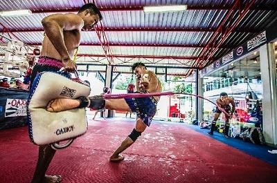 entrenamiento intensivo y duro de Muay Thai en un Gym de tailandia